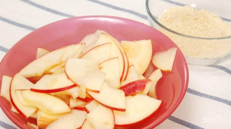 Сделайте начинку. Яблоки и грушу нарежьте тонкими ломтиками. Измельчите очищенный миндаль.
