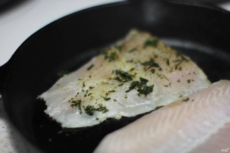 Затем выложите филе рыбы на сковороду, обжаривайте по 2 минуты с каждой стороны.