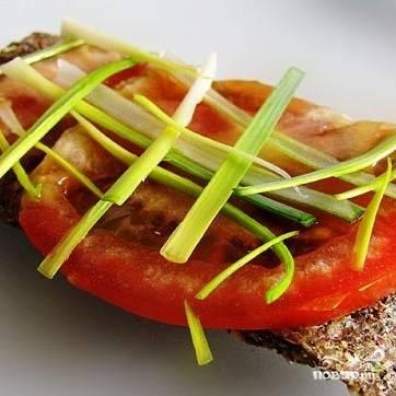 Пикантные хлебцы хорошо использовать вместо обычного хлеба для сыроедческих бутербродов. Приятного аппетита! :)