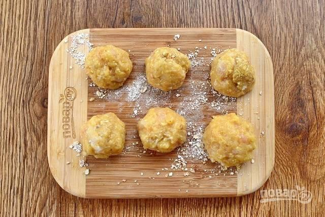 Вбейте 1 яйцо, добавьте сухари и вымесите фарш. Из фарша сформируйте фрикадельки. Закиньте их в кипящий бульон, варите в течение 15-20 минут.