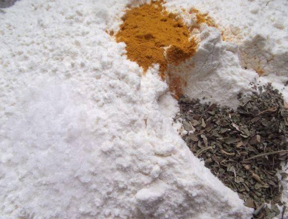 Просеиваем муку и добавляем в нее куркуму и сушеный базилик. если вам не нравятся эти специи, можно сделать лаваш и без них.