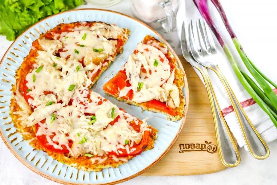 Выложите ПП пиццу на тарелку и разрежьте на порции, подайте к столу теплой.