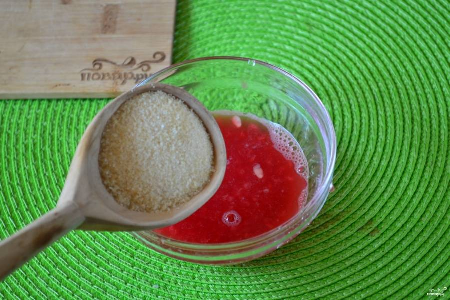 Отделите небольшое количество арбузной массы, добавьте в нее желатин и оставьте на 15 минут набухать.