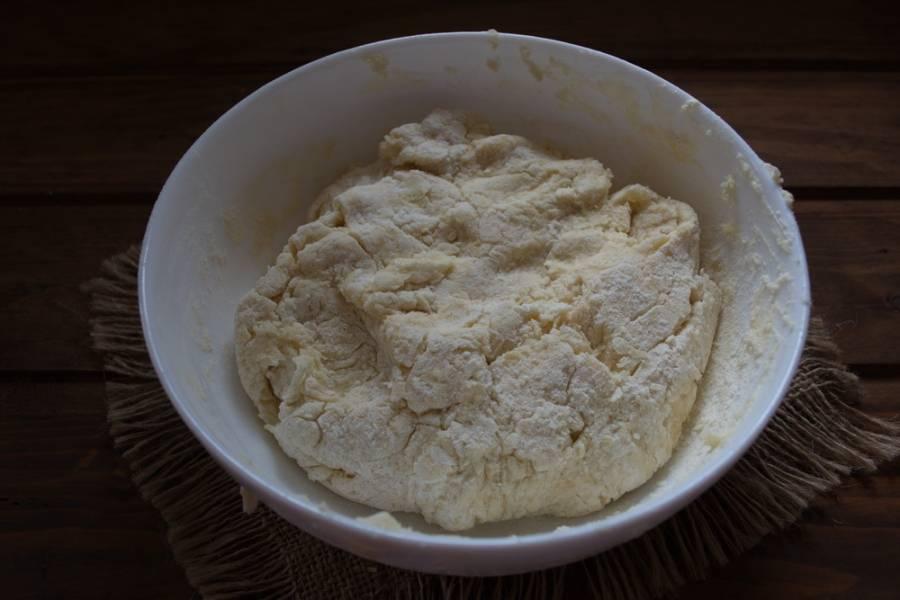 Влейте сметану и быстро замесите тесто. У меня сметана 15 % и довольно жидкая. Можно взять сметану любой жирности.