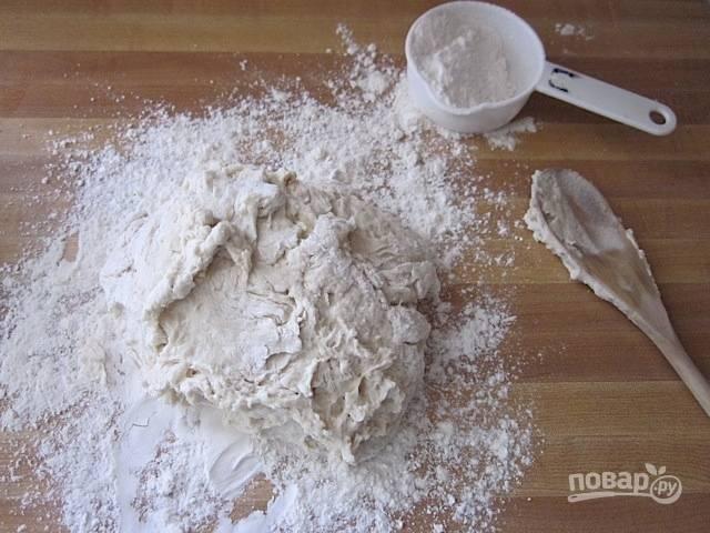 4.Добавляйте понемногу муки, чтобы тесто схватилось единым комом, затем переложите его на стол, вымешивайте тесто около 8 минут.