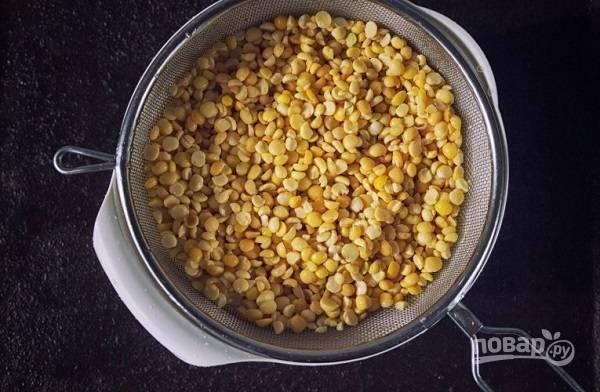 1. Основой данного супа будет горох. Его нужно тщательно промыть и заранее замочить в воде (лучше всего на ночь). Впрочем, ориентируйтесь на качество вашего гороха.
