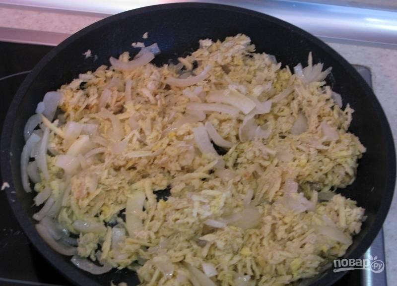 В конце добавьте в сковороду имбирь. Пожарьте всё вместе около 1-2 минут.