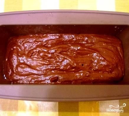 Выкладываем тесто в форму с высокими краями. Форму не забудьте предварительно смазать маслом. Ставим в разогретую до 180 градусов духовку на полчаса.