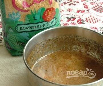 В сотейник положите сто тридцать грамм коричневого сахара, добавьте пятьдесят грамм меда и пару столовых ложек воду. На медленном огне варите ингредиенты так, чтобы получалась тягучая нить. Это говорит о том, что сироп готов.