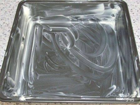 Форму, в которой будем запекать наше блюдо, смазываем маслом и присыпаем мукой или сухарями.