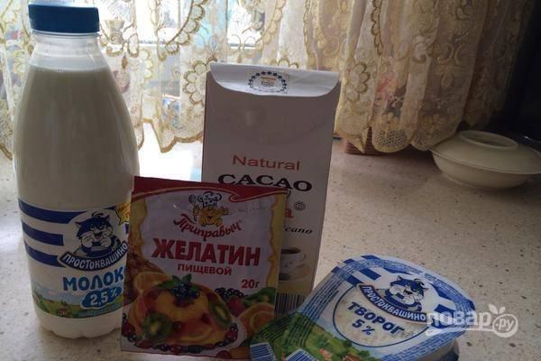 В набухший желатин добавьте какао, мёд и молоко. Перемешайте.
