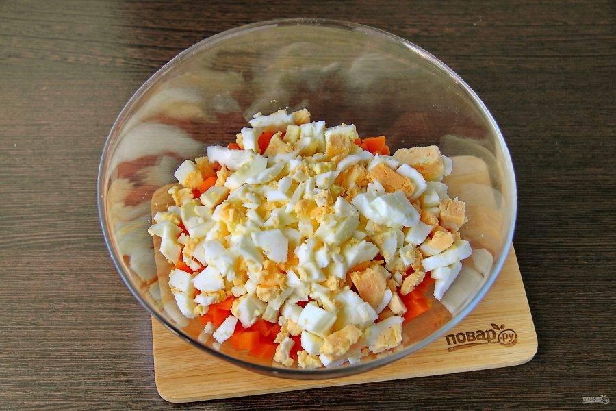 Яйца очистите от скорлупы, мелко нарежьте и добавьте к моркови.