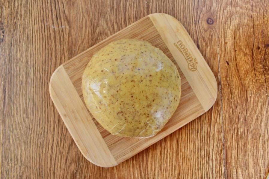 Масло, сахар и ванилин взбейте в пышную светлую массу. Добавьте измельченный миндаль и муку, замесите однородное тесто. Заверните его в пищевую пленку или фольгу, оставьте в холодильнике на 1 час.
