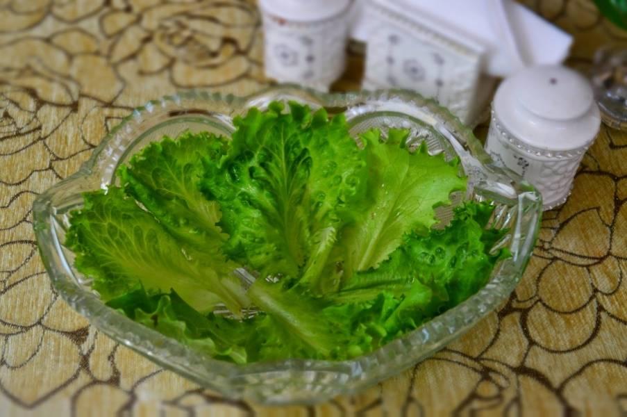 Наш салат практически готов: салатницу выложите листьями салата, болгарский перец порежьте тонко.  Перед самой подачей полейте салат заправкой. Приятного аппетита!