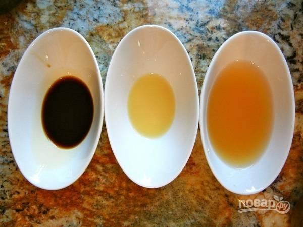 4. Соедините яблочный уксус, соевый соус, сок лимона и воду. Добавьте соль и специи, все тщательно перемешайте.