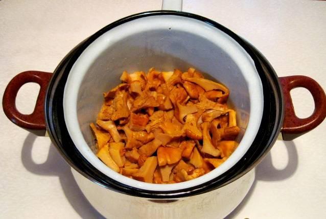 Отбросьте грибы на дуршлаг.