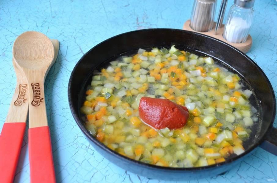 3. Положите томатную пасту, добавьте стакан бульона мясного и тушите зажарку до готовности моркови.