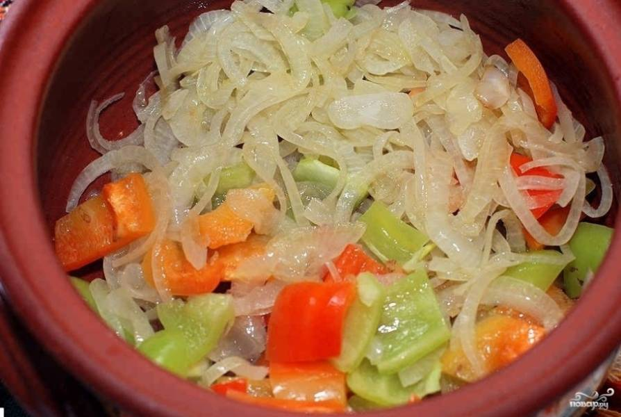 3. Складываем все овощи в горшочек, а сверху выкладываем равномерно припущенный репчатый лук.