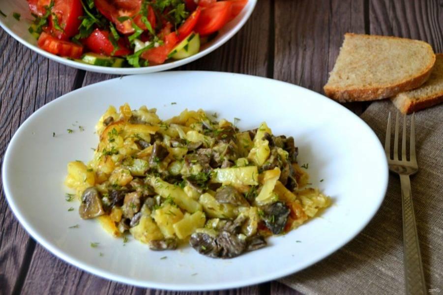 Перед подачей посыпьте блюдо мелко нарезанным укропом, это необыкновенно вкусно. Топленое сливочное масло и сметана придают грибам и картошке нежный сливочный вкус.