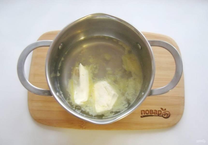 В кастрюлю налейте воду и выложите 100 грамм масла. Поставьте на плиту.