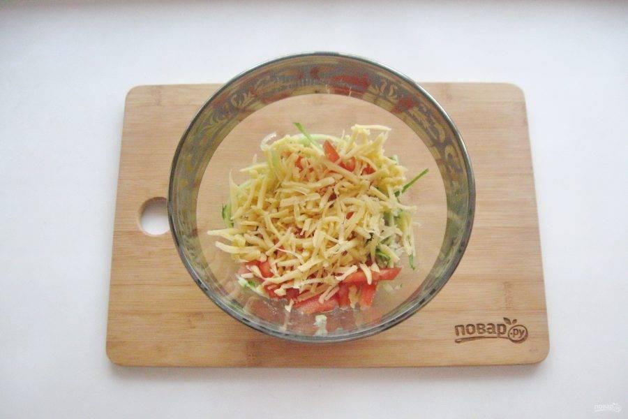 Натрите любой твердый сыр по вкусу и добавьте в салат.