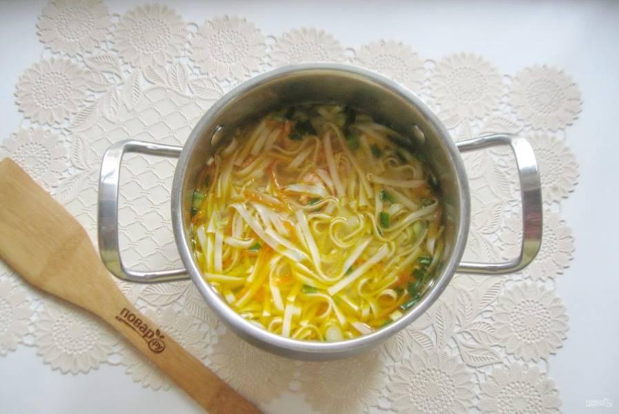 Добавьте измельченный чеснок и прогрейте суп 2-3 минуты.