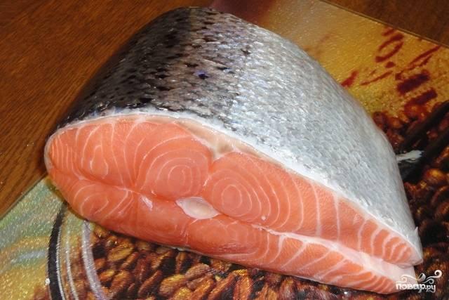 Для этого рецепта лучше всего использовать уже готовые стейки. Но если у вас целая рыба, то ее необходимо очистить от чешуи и выпотрошить, затем тщательно промыть под холодной водой и высушить.
