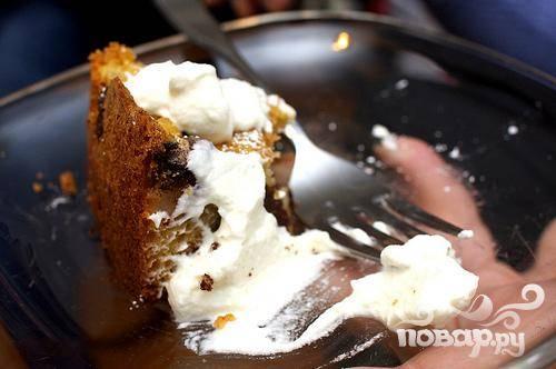 4. Готовый пирог при желании посыпать сахарной пудрой. Подавать со взбитыми сливками.