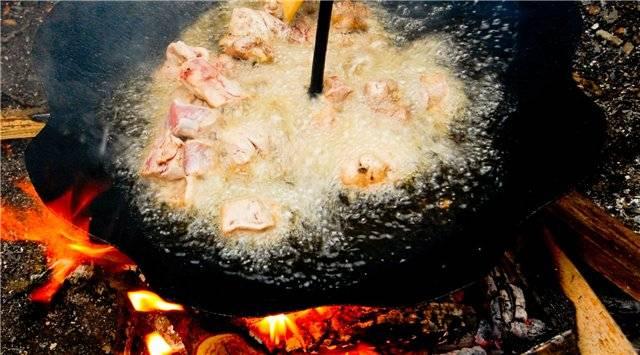 Теперь кидаем порезанную кусочками свинину, даем ей поджариться и быстро перемешиваем.