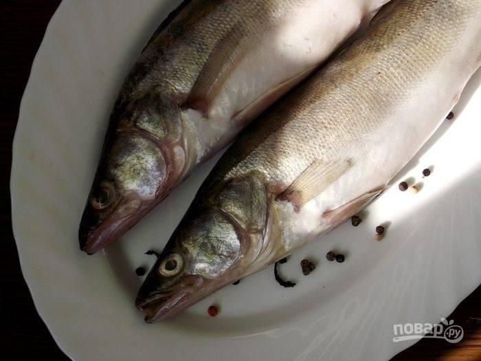 Рыбку моем, если надо — потрошим. Обрежьте плавники, почистите тушки.