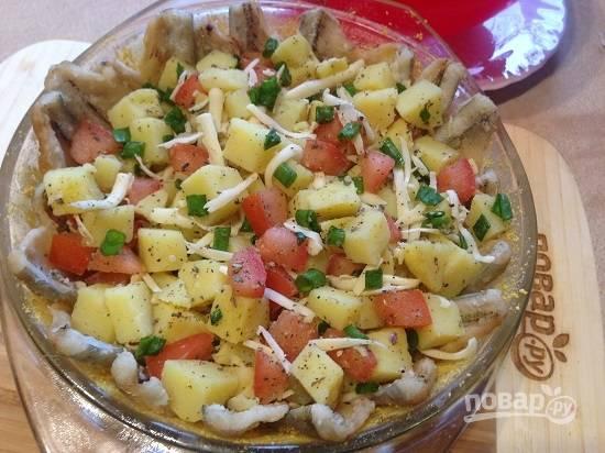 5. Заполняем форму начинкой из картофеля и помидор, разровняем.