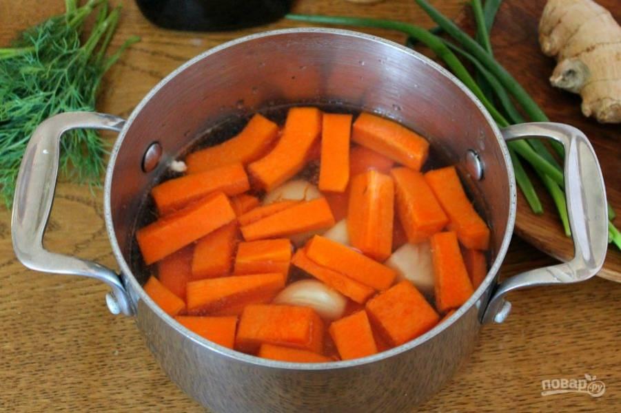 3. Тыкву чистим, режем на куски и кладем в кастрюлю. Наливаем бульон, добавляем соль. Готовим на малом огне под крышкой 10-15 минут.