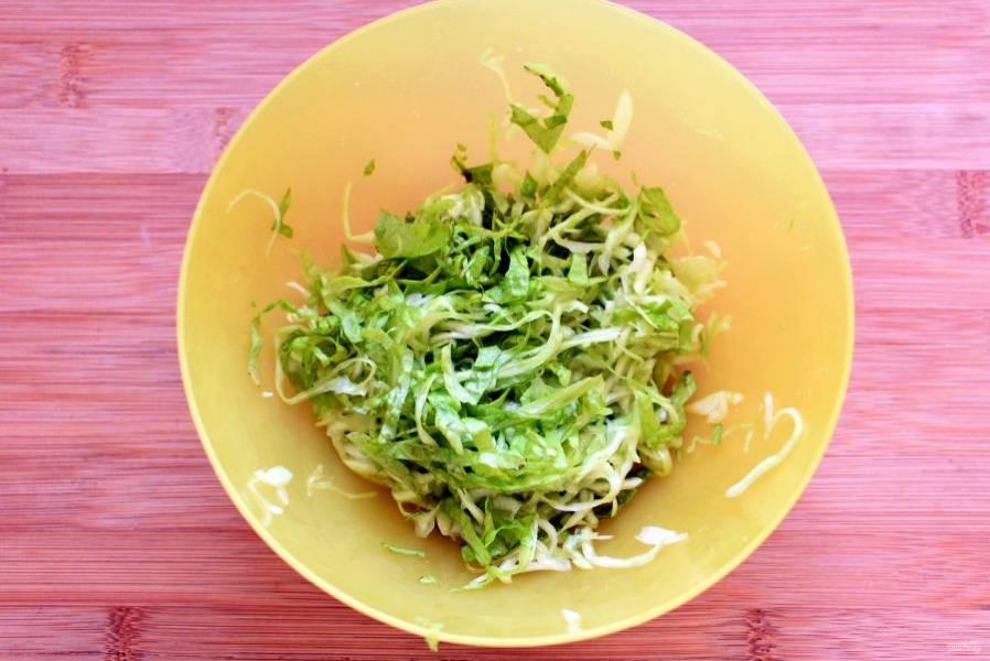 Тонко  нашинкуйте капусту, посолите,  сбрызните лимонным соком. Помните до смягчения и добавьте нашинкованный салат.