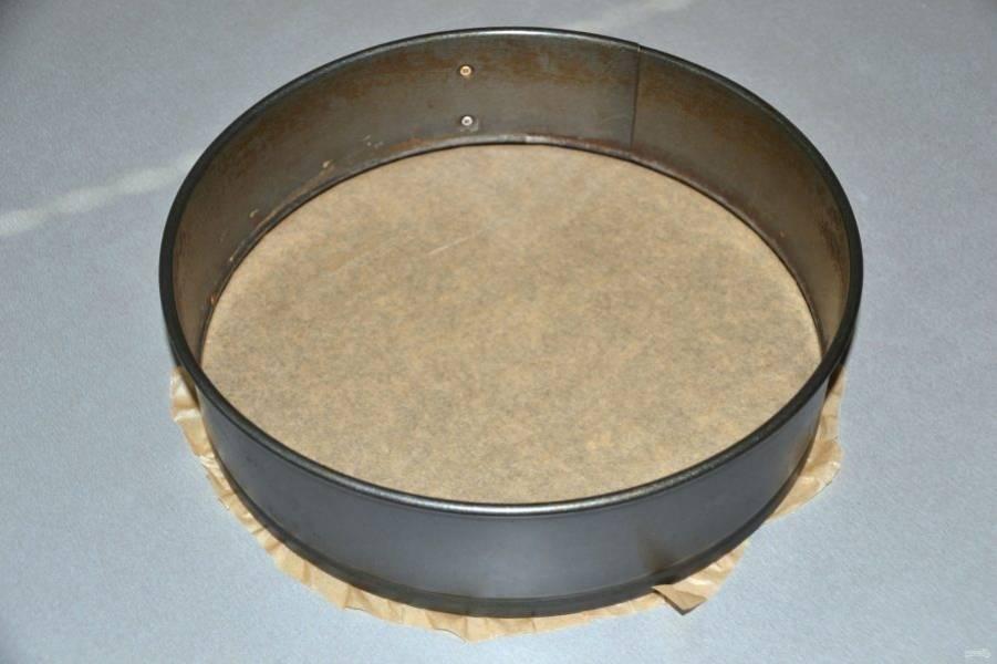Подготовьте разъёмную форму для запекания, низ проложите пекарской бумагой.