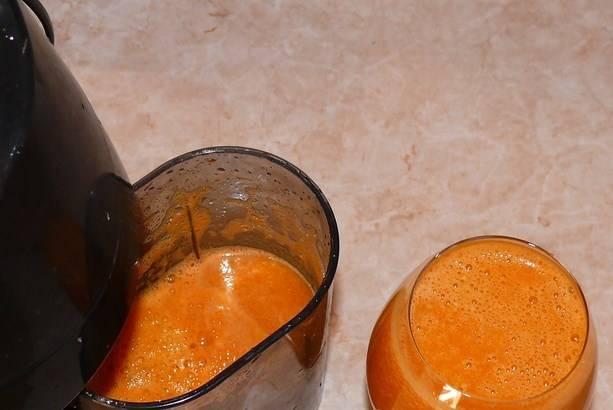 Пропустите все овощи и фрукты через соковыжималку. Мякоть советую не выбрасывать. Затем смешайте все соки, проварите, добавив лимонную кислоту. Разлейте сок по стерилизованным банкам, закатайте. Отставьте его ненадолго, чтобы остыл.