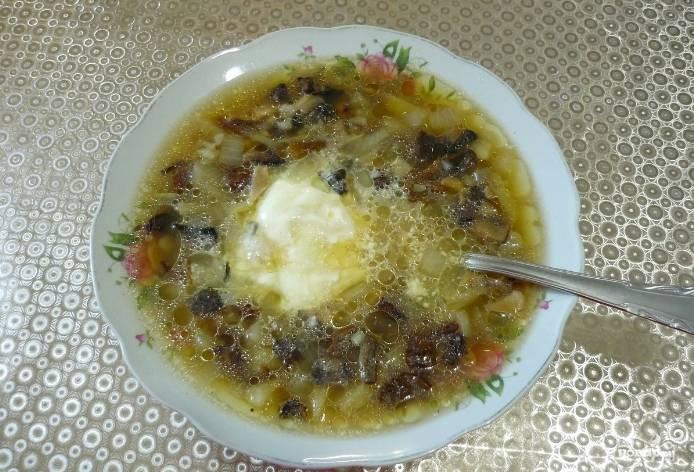 4. Когда готовы и рис, и картошка, и грибы, а чудный аромат разносится по всему дому, пора блюдо разливать по тарелкам и подавать!
