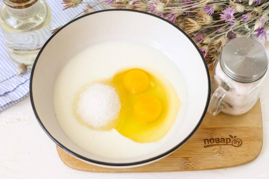 В глубокую емкость вбейте куриные яйца, всыпьте соль и сахар или выложите мед, влейте кефир любой жирности и воду. Тщательно все взбейте.