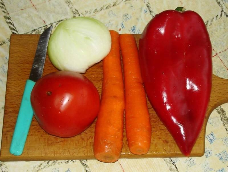 Овощи чистим и режем. Тем временем чечевицу отправляем вариться.