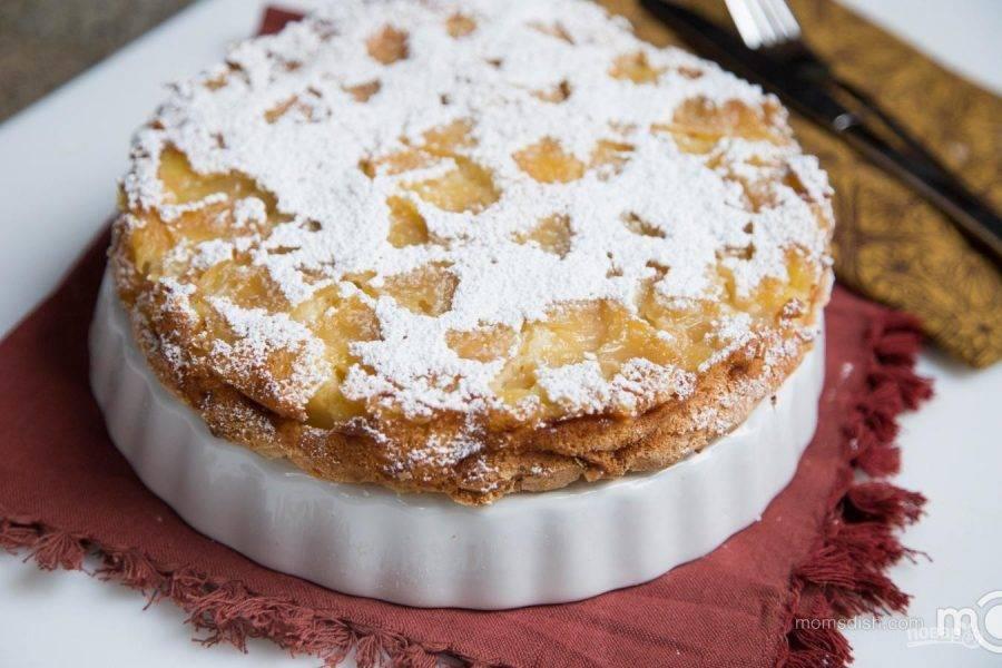 Когда пирог испечется, дайте ему отдохнуть 15 минут в форме. Аккуратно достаньте шарлотку из формы и посыпьте сахарной пудрой. Приятного чаепития!
