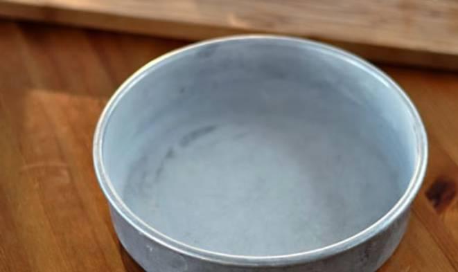 Форму для выпечки смазываем маслом и присыпаем мукой.
