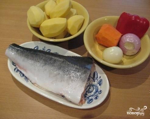 Сначала подготовим все необходимые ингредиенты. Рыбу нужно обработать - обрезать плавники, голову и хвост.