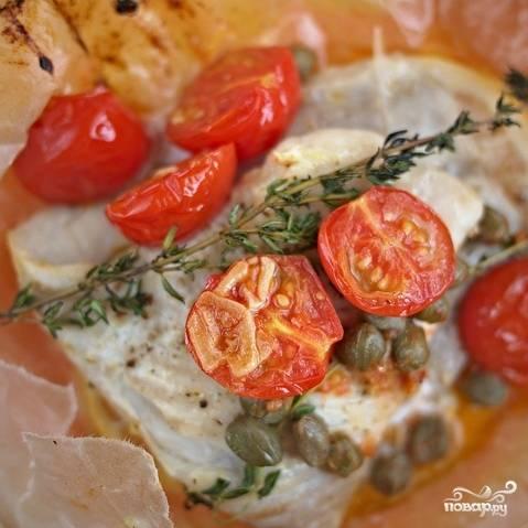 Подаем прямо в конвертике, пока рыба не остыла. Веточки тимьяна и дольки лимона можно выбросить.
