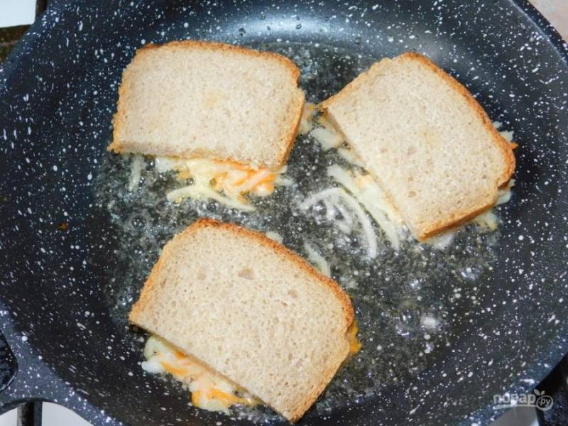 На кусочек хлеба выложите немного картофельной массы и отправьте в горячую сковороду начинкой вниз.