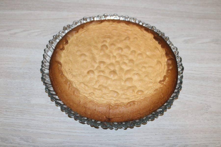 Готовый бисквит достаньте из формы.