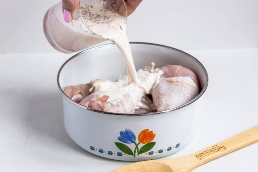 В сливки добавьте розмарин, паприку, соль и перец по вкусу. Перемешайте и залейте курицу.
