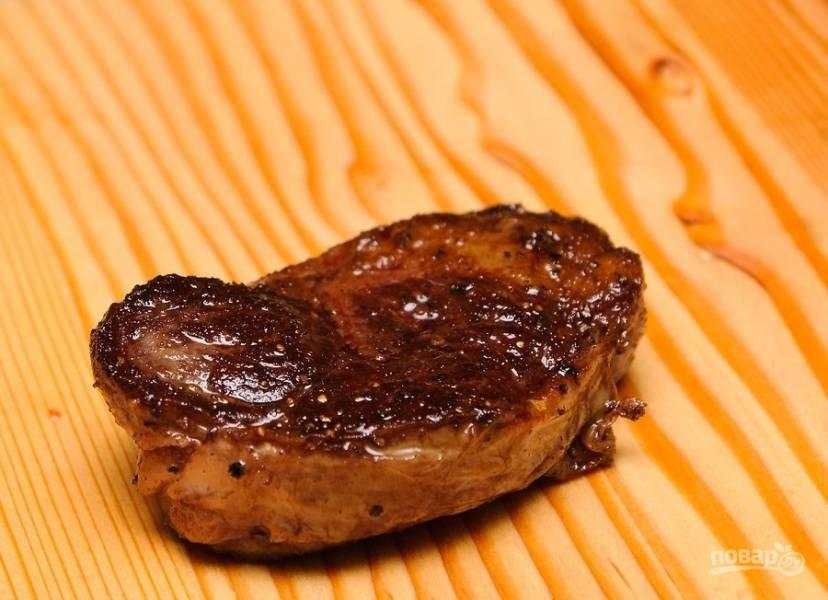 5.Достаньте стейк из духовки и выложите на разделочную доску, оставьте на 7-10 минут.