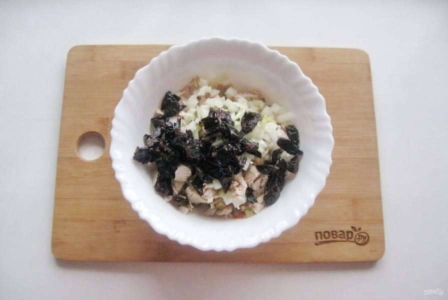 Чернослив помойте и нарежьте. Выложите в салат.