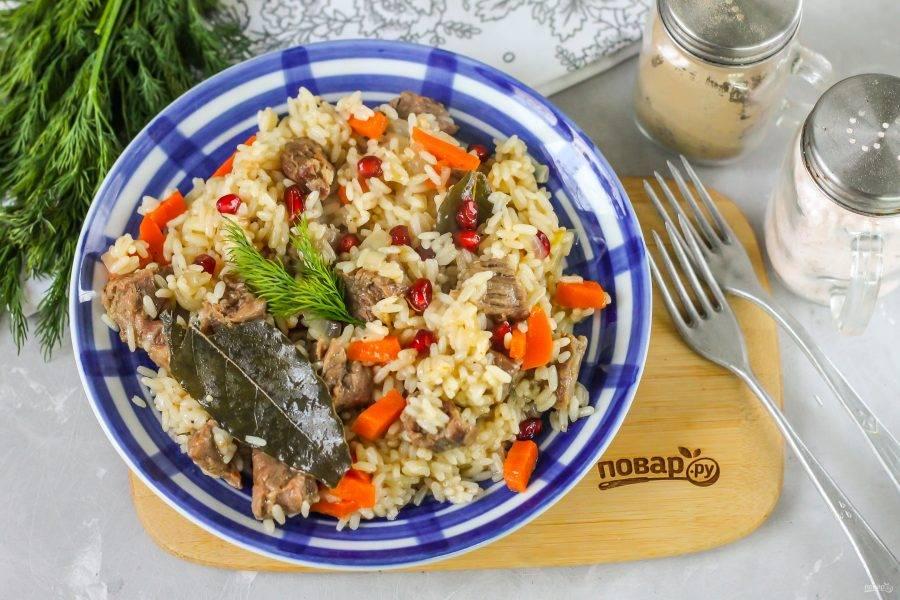 Выложите готовое блюдо на тарелки и подайте к столу горячим — баранину едят только в горячем виде!