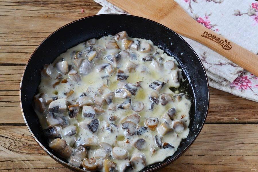 Затем добавьте мягкий сливочный сыр, перемешайте и снимите с огня.
