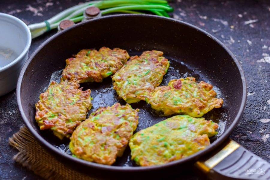 Сковороду прогрейте с растительным маслом. Выложите кабачковую заготовку столовой ложкой. Жарьте оладьи с обеих сторон по 2-3 минуты.